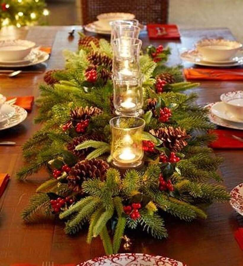 arranjos de Natal para mesa com pinhas e velas  Foto Trendecor