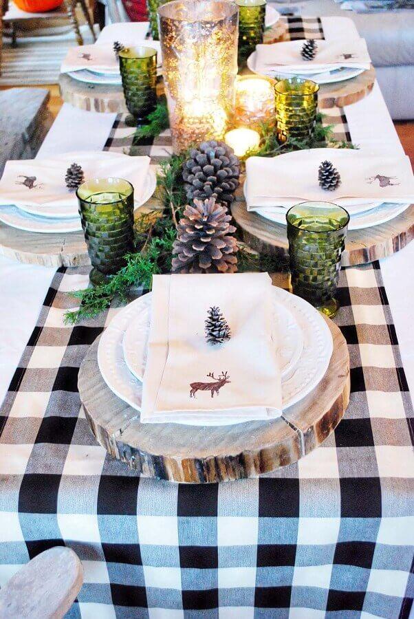 arranjos de Natal para mesa com pinhas toalha xadrez e bolacha de madeira Foto Pinterest