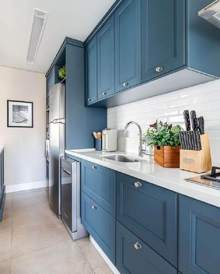 bancada branca para armário de cozinha planejado azul com estilo clássico Foto Jeito de Casa