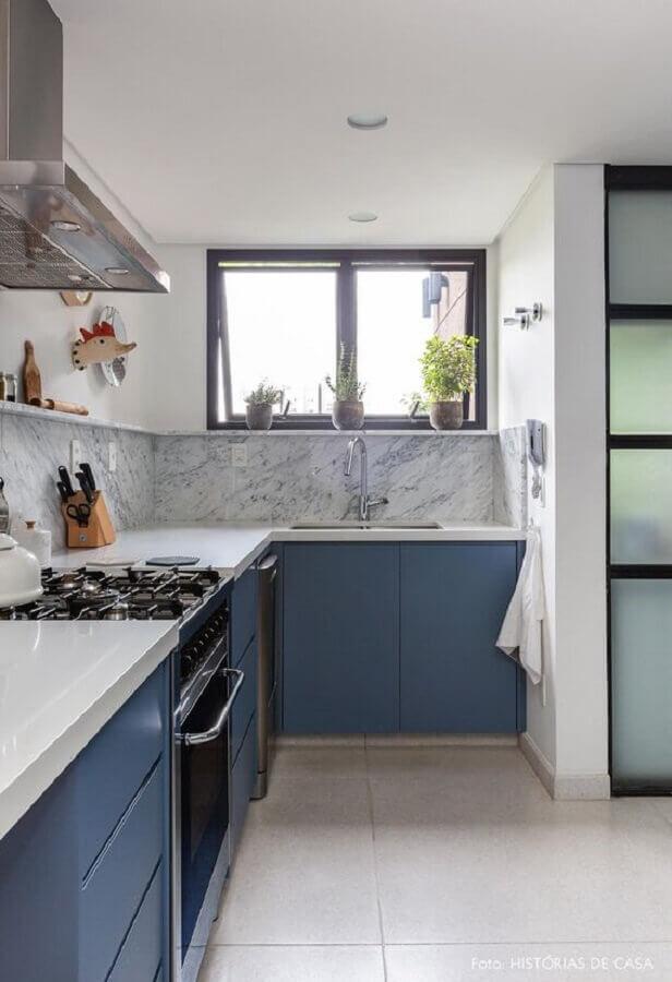 bancada branca para armário de cozinha planejado azul de canto Foto Histórias de Casa