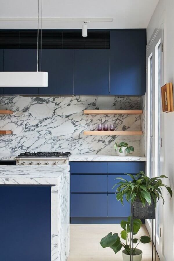 bancada de mármore para armário de cozinha azul planejado moderno Foto Côté Maison