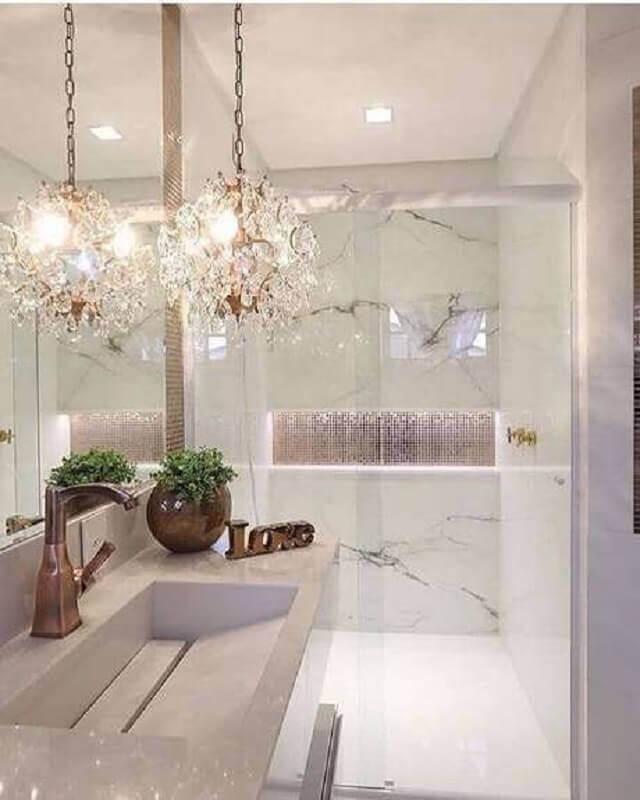 banheiro branco sofisticado decorado com lustre pendente cristal Foto Jeito de Casa