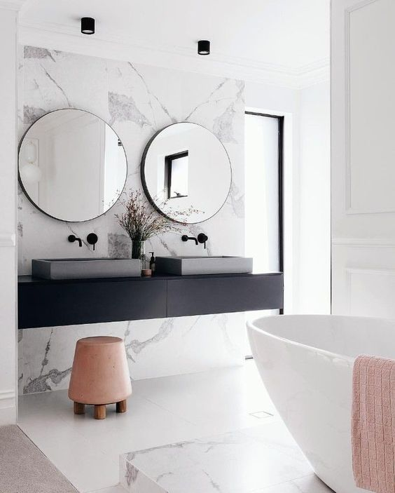 Banheiro com cores de mármore branco