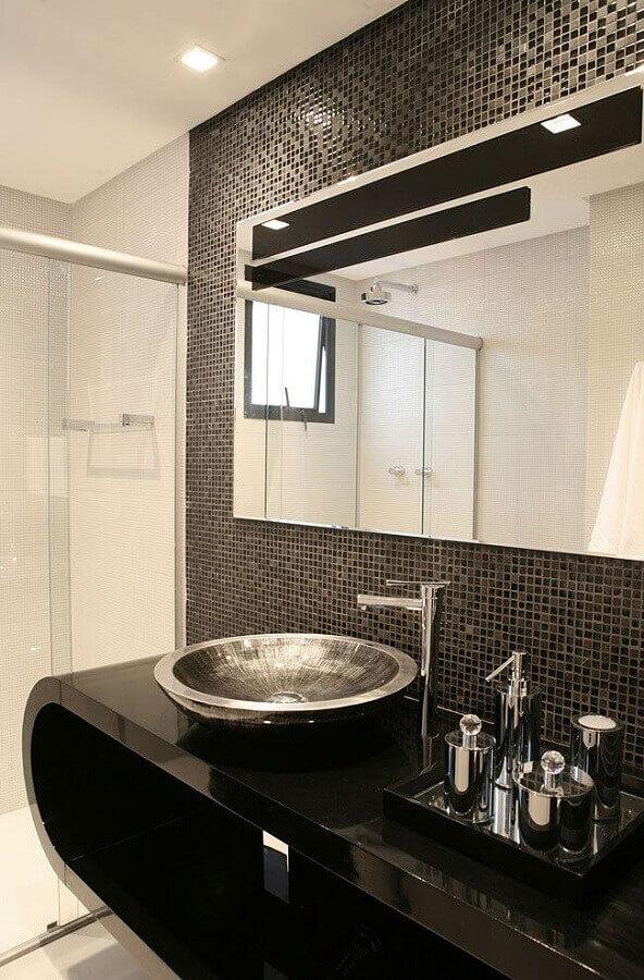 banheiro com pastilha preta decorado com bancada planejada com formato arredondado  Foto Decor Alternativa