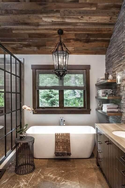 banheiro decorado com lustre pendente rústico de ferro Foto Pinterest