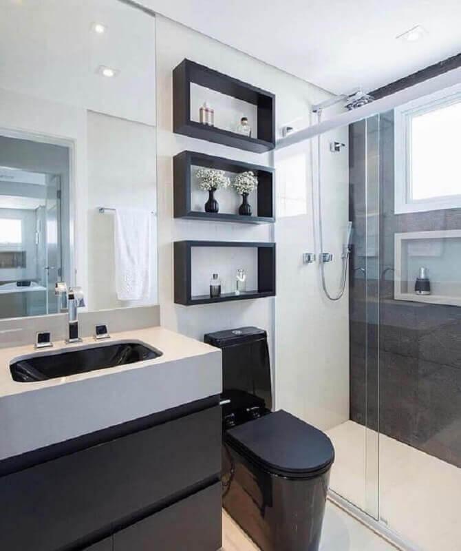 banheiro pequeno preto e branco decorado com nicho Foto Pinterest
