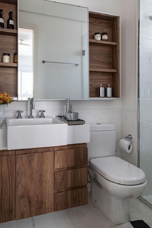 banheiro pequeno sob medida decorado com gabinete e espelheira de madeira  Foto Casa de Valentina