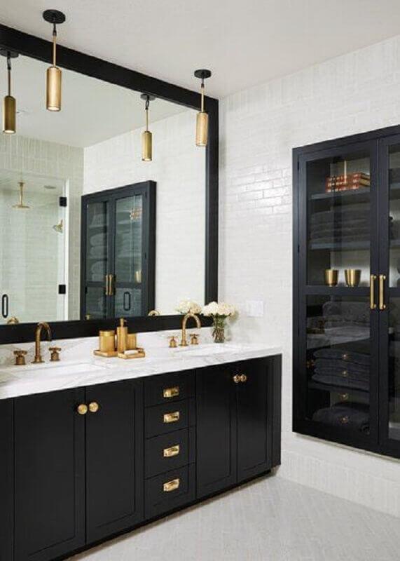 banheiro preto e branco decorado com detalhes em dourado  Foto Houzz