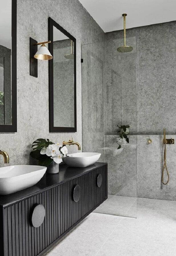 banheiro preto e cinza moderno decorado com detalhes em dourado  Foto Homes To Love AU