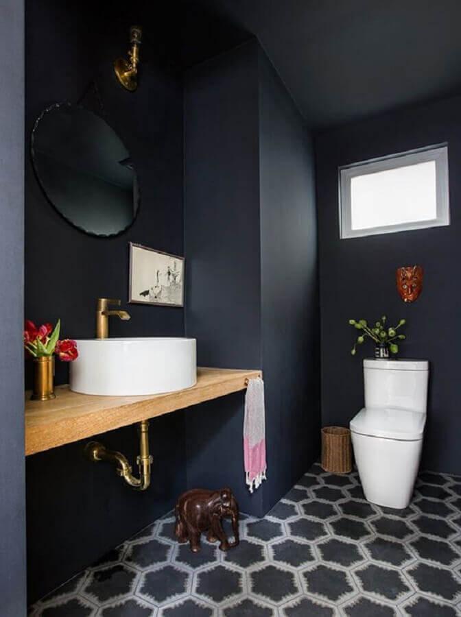 banheiro preto simples decorado com bancada de madeira e espelho redondo  Foto House & Home