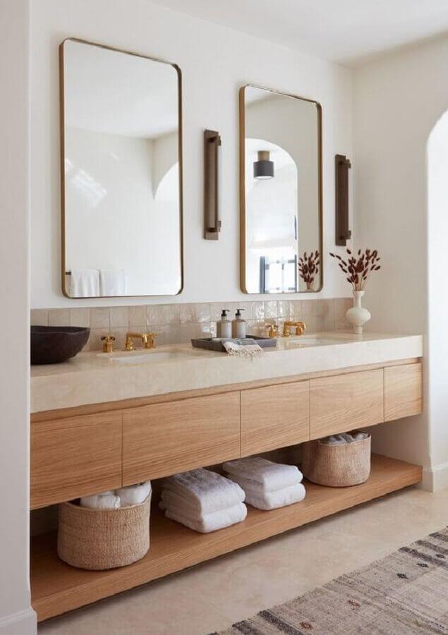 banheiro sob medida decorado em cores neutras com gabinete de madeira  Foto Apartment Therapy