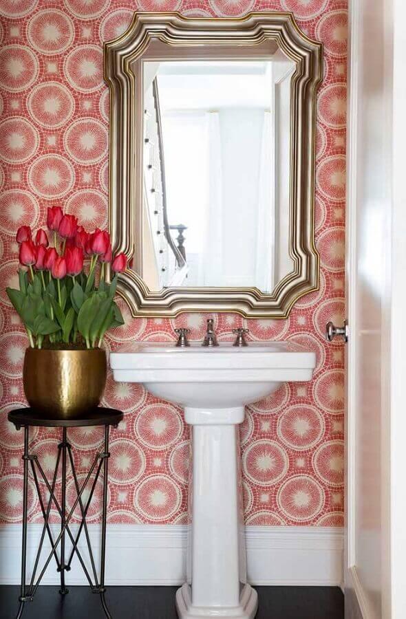 banheiro vintage decorado com papel de parede colorido rosa Foto Houzz