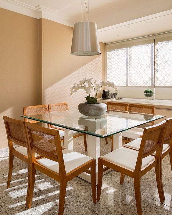 Base para mesa de vidro quadrada com cadeiras de madeira