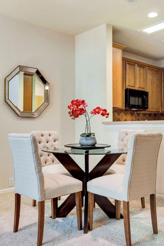 Base para mesa de vidro de madeira com cadeira branca