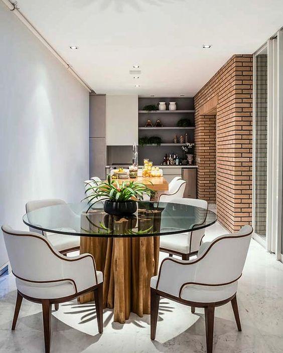Mesa de jantar de madeira e tampo de vidro