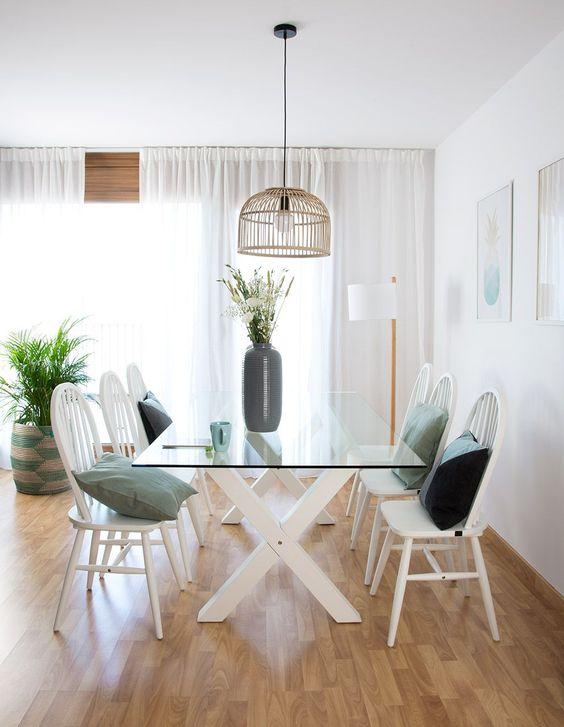 Base para mesa de vidro e almofadas nas cadeiras retro