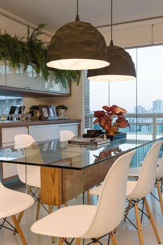 Base para mesa de vidro de madeira e cadeira branca