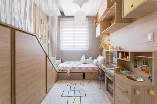 Quarto planejado infantil com cabeceira de madeira estilo casinha