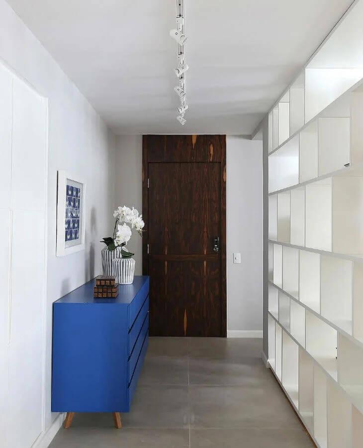 buffet azul para decoração de hall de entrada apartamento pequeno Foto GF Projetos