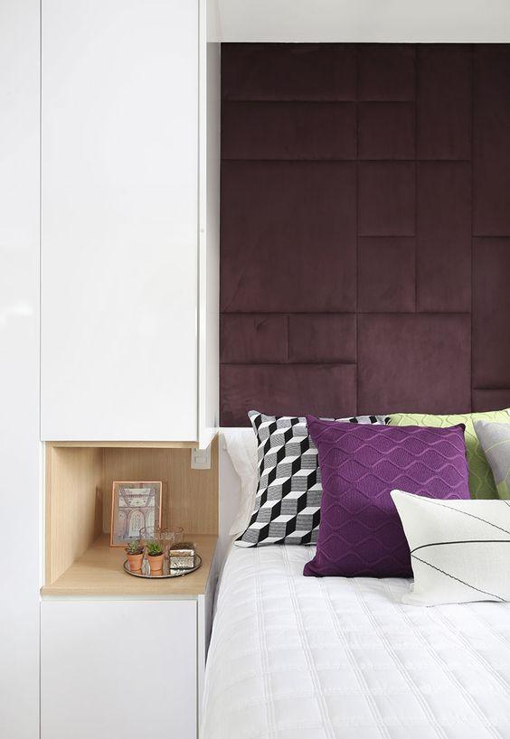 Cabeceira roxa no quarto moderno