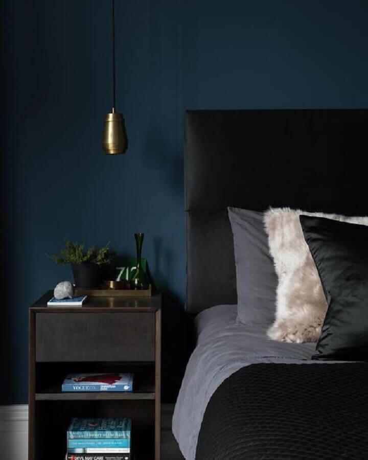 cabeceira estofada preta para decoração de quarto com parede azul escuro Foto Homedit