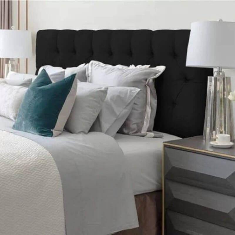 cabeceira estofada preta para quarto de casal com criado mudo cinza moderno Foto Pinterest