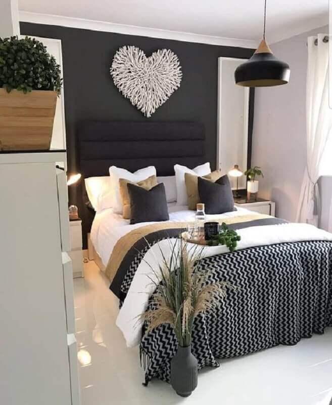 cabeceira estofada preta para quarto de casal decorado com várias almofadas Foto Pinterest