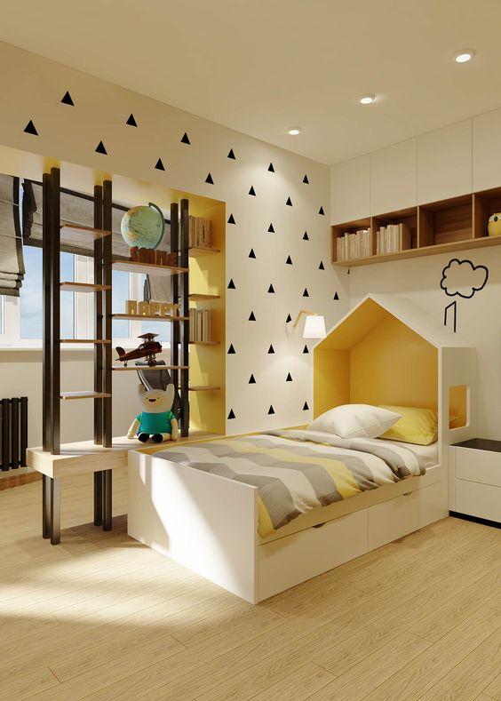 Decoração amarela com cabeceira infantil de casinha