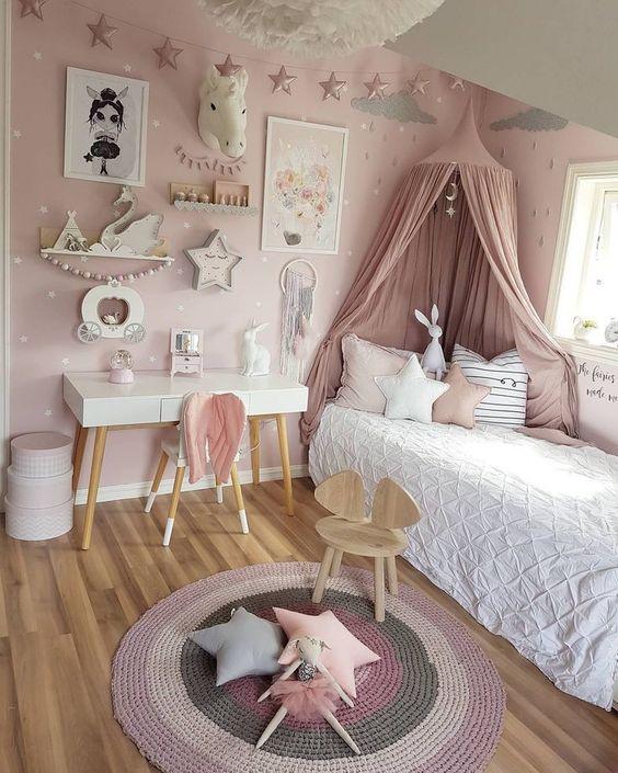 Cabeceira com dossel rosa no quarto infantil