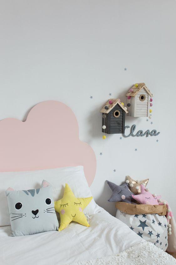 Cabeceira infantil rosa em formato de nuvem