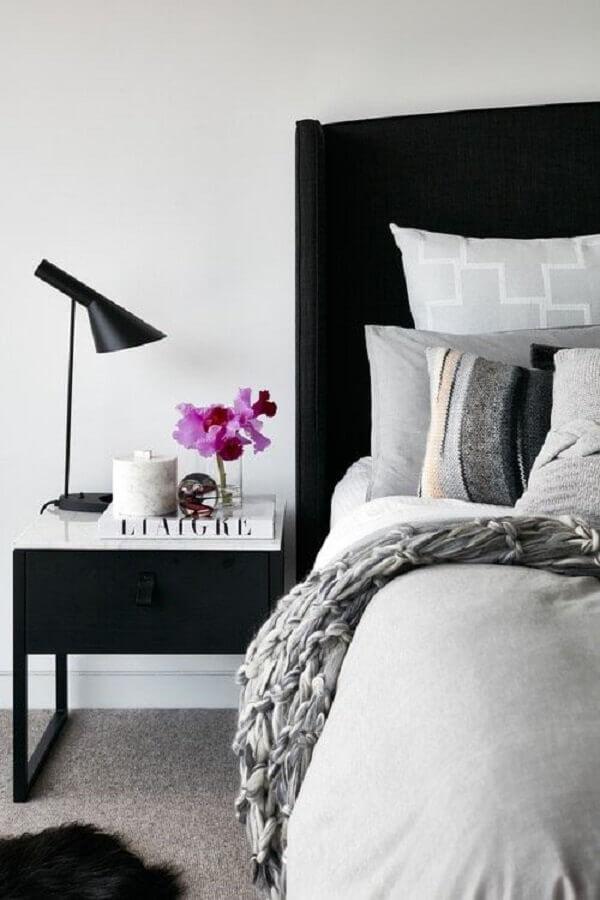 cabeceira preta para quarto branco decorado com criado mudo minimalista Foto Scout & Nimble