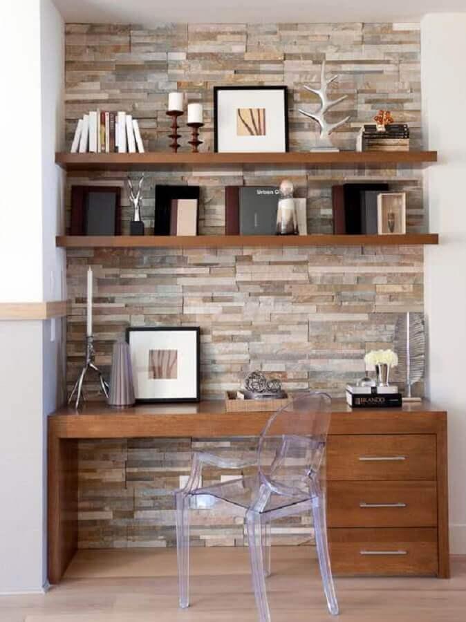 cadeira transparente e mesa para home office de madeira Foto Jeito de Casa