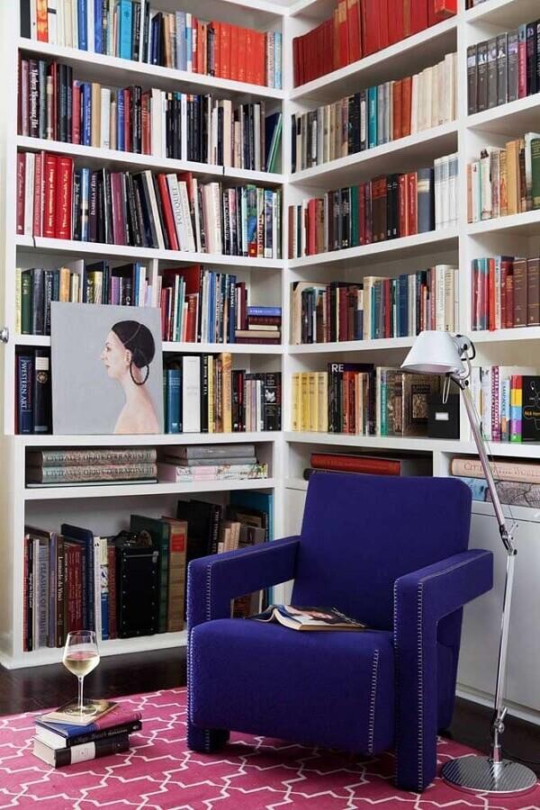 cantinho de leitura decorado com poltrona colorida azul  Foto Vintage & Chic