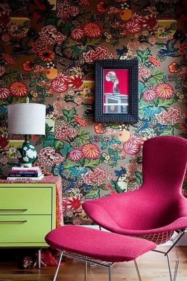 cantinho decorado com papel de parede bem colorido e poltrona rosa  Foto Yandex
