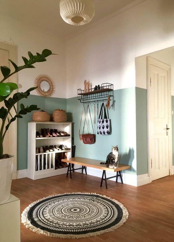 Casa organizada com sapateira na entrada