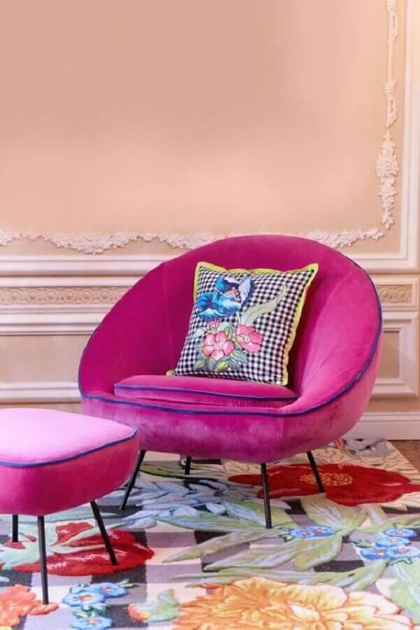 confortável poltrona rosa pink com puff Foto House Beautiful