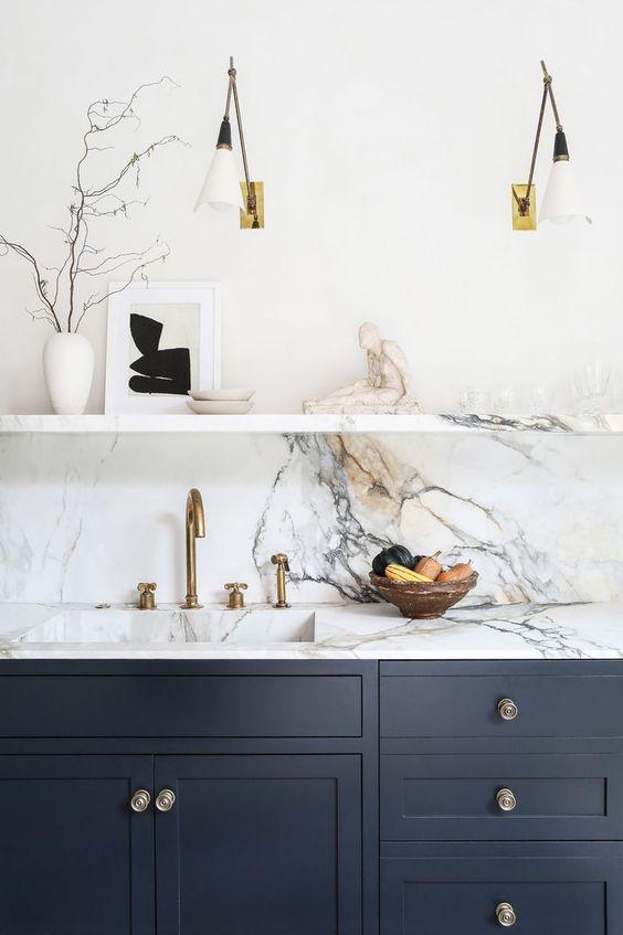 Cores de mármore na cozinha azul e branca