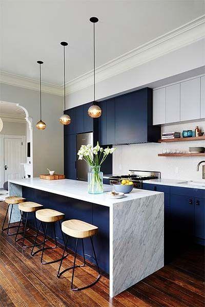Cozinha azul e branca com cores de mármore branco