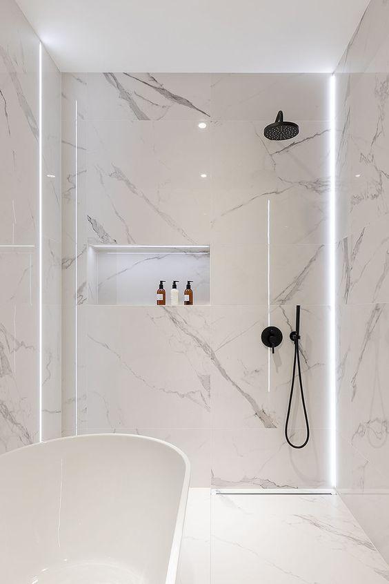 Cores de mármore para banheiro branco com detalhes pretos