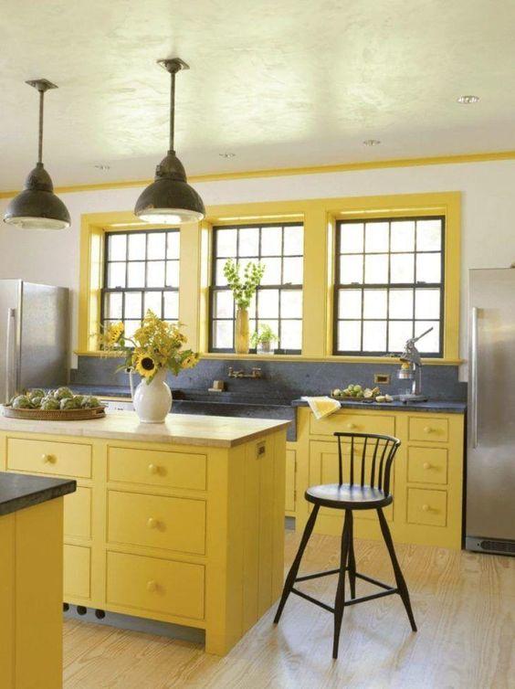 Armário de cozinha amarelo e cinza