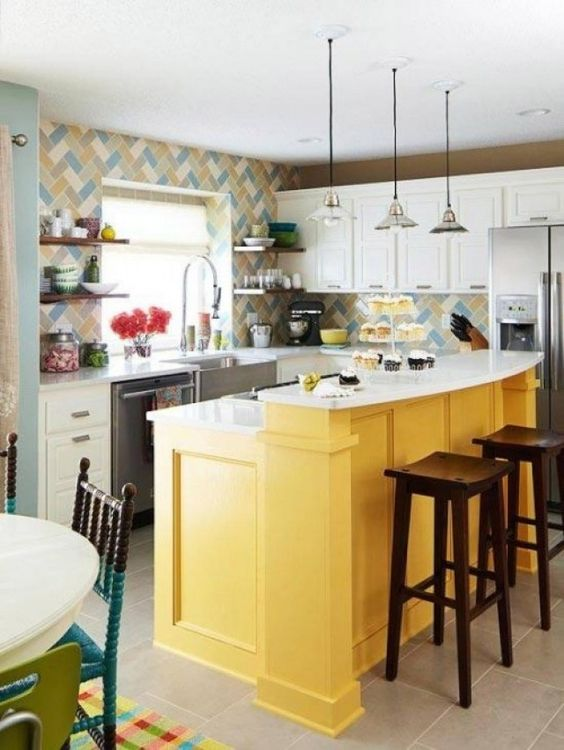 Balcão amarelo na cozinha com armários brancos