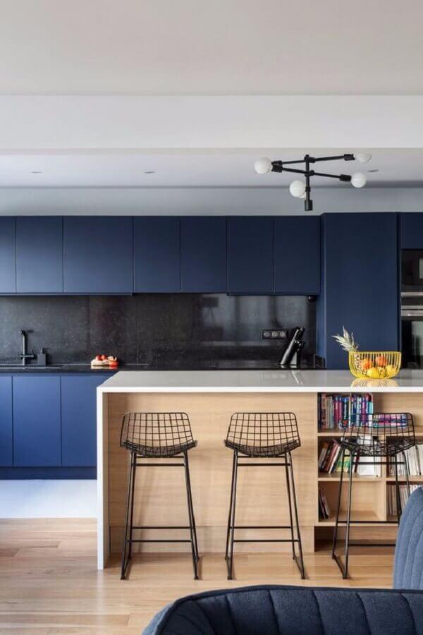 cozinha ampla e moderna decorada com armário de cozinha azul marinho com ilha de madeira Foto Côté Maison