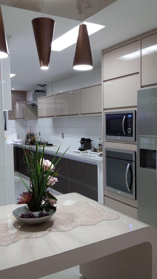Torre quente na cozinha planejada moderna