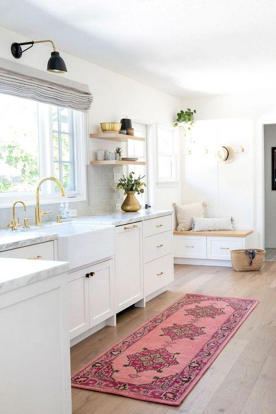 Cozinha branca com passadeira rosa