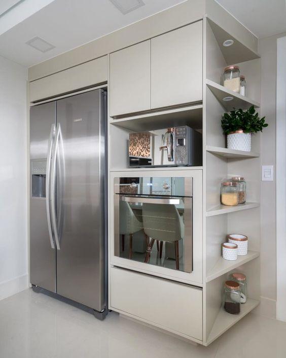 Cozinha branca com torre quente