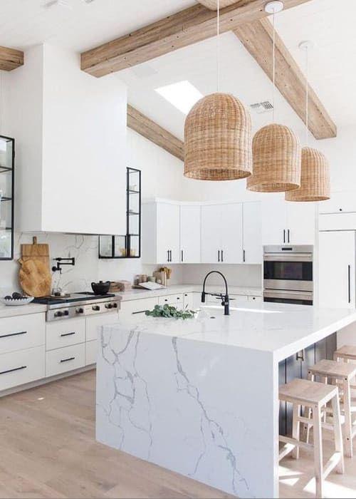 Cozinha branca com bancada de mármore e torre quente