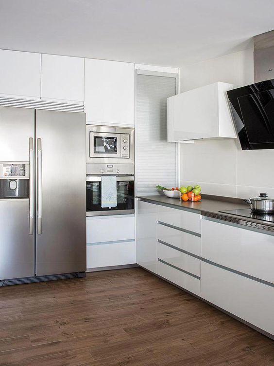 Cozinha com torre quente branca