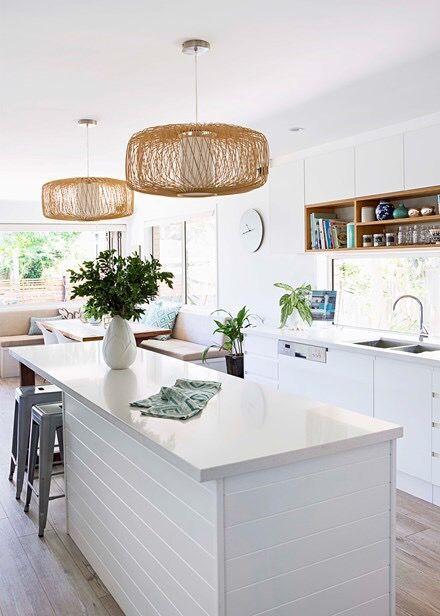 Cozinha branca com lustre rústico