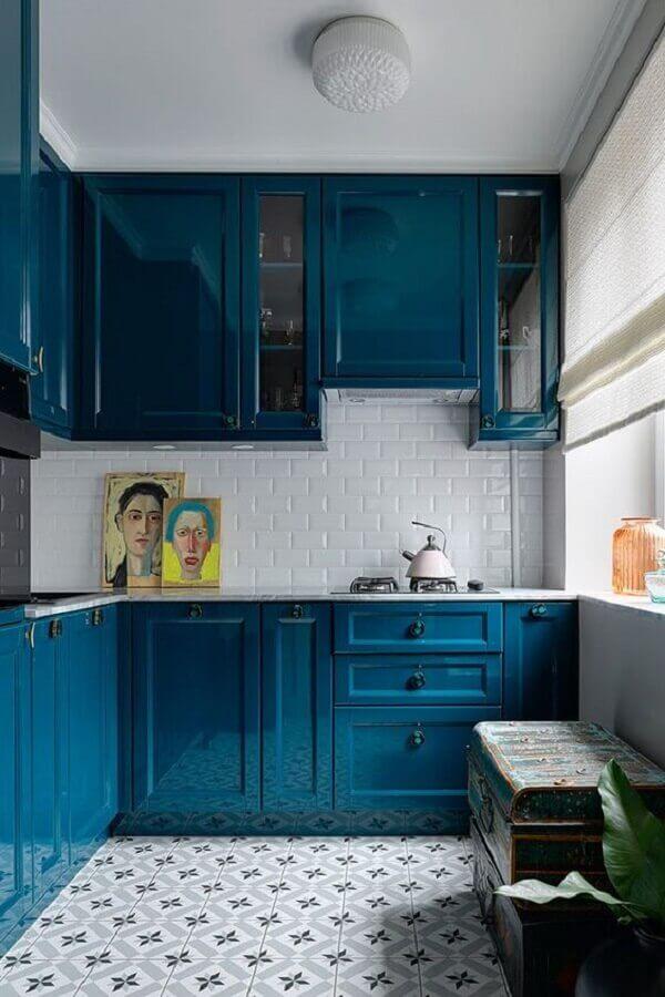 cozinha com estilo clássico decorada com armário de cozinha azul petróleo Foto PUFIK Interiors & Inspirations