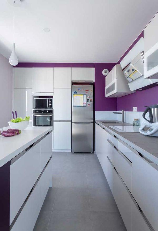 Cozinha em tons de roxo e branco